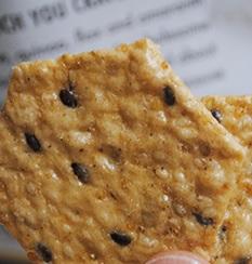 日本の薄焼きお煎餅!コクと甘みのあるめちゃうまクラッカー【Crunchmaster】